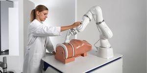 Robot KUKA typu LBR iiwa optimalizuje osazovací linky SMT pro elektronický průmysl
