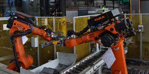 Robotizace usnadnila práci. Lidé už nemusí ručně manipulovat s 30 kilogramů těžkými spojkami