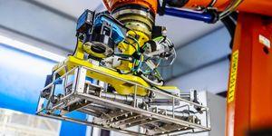 Společnost ŠKODA AUTO v závodě ve Vrchlabí využívá chytrého manipulačního robota