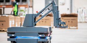 Mobile Industrial Robots představuje unikátní řešení pro přepravu nákladních vozíků MiR250 Hook